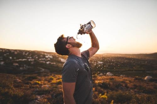 아침 공복에 마시는 물이 주는 놀라운 건강효과 8가지