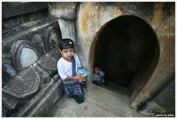 미얀마 바간 여행: 다나카를 바른 아이
