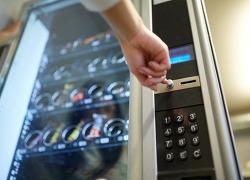 돌아온 자판기, 커피 대신 샐러드를