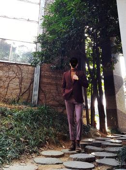 남자 겨울 자켓 코디 : 남자 베이지 터틀넥 니트 코디 & [모노소잉] 남자 핑크 베이지 슬랙스 with 데저트부츠 코디