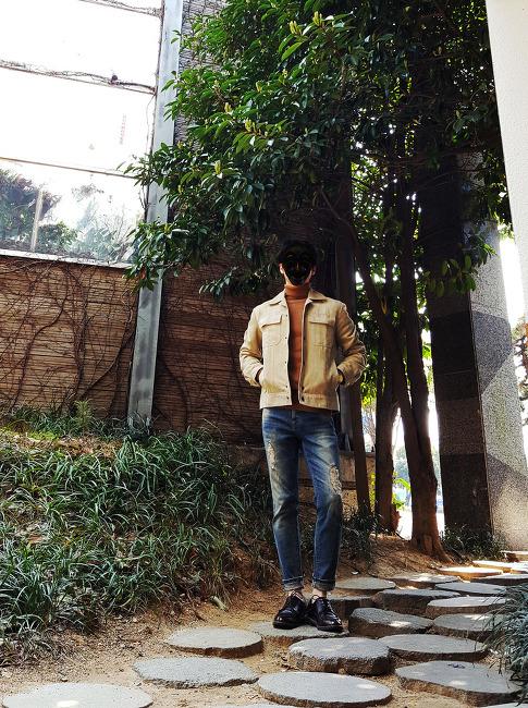 남자 스웨이드 자켓 코디 [스파오] 베이지 스웨이드 자켓 : 봄과 어울리는 남자 트러커 자켓 코디