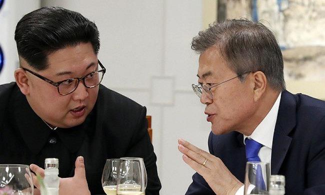 """문대통령 """"김정은, 일본과 대화 용의… 북일관.."""