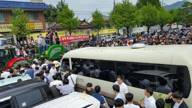 경북 성주 일방적 사드배치 분노한 성주군민 학생들 황교안 총리에게 항의