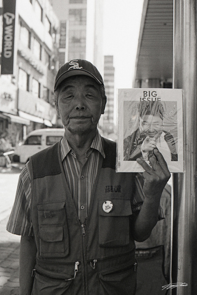 Big Issue (Nikon FM2, Kentmere100 BW) - 준포토그래피