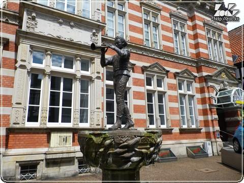 하멜른의 피리 부는 사나이 동상 (출처 : http://zoc.kr/ )