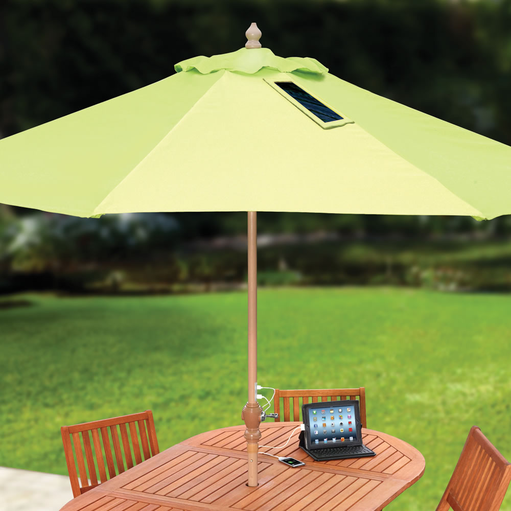 다가오는 여름 당신의 스마트 디바이스를 충전해줄 태양광 충전 파라솔