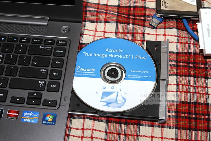 노트북 HDD SSD 교체 방법, 노트북 SSD 교체, 인텔 SSD, 삼성 SSD, 노트북 HDD SSD, 교체, IT, 제품, 리뷰, 사용기, 동영상, 마이그레이션 도구, 노트북 HDD SSD 교체 방법을 아주 쉽게 설명드리려고 합니다. 아무래도 가장 자세한 방법이 될 듯하네요. 사진으로는 대략의 모식도를 설명드리고 동영상을 꼭 보시기 바랍니다. 동영상을 보시면 누구나 노트북 HDD SSD 교체를 할 수 있습니다. 전혀 어렵지 않아요. 노트북을 사용자들이 특히 많이 SSD를 사용하는데 기존의 하드디스크가 망가졌거나 또는 속도 때문에 기존 하드디스크를 SSD로 많이 바꾸죠. 최근 노트북들은 하드디스크 분리도 어렵지 않은 경우가 많은데요. 문제는 기존의 데이터를 그대로 SSD로 어떻게 옮기느냐 입니다. 옮기는 방법을 어렵게 생각해서 망설이거나 또는 다른사람에게 맡겨서 하는 경우가 많은데요. 아래 내용을 보시면 크게 어렵지 않다는것을 알 수 있을 겁니다. 실제로 제가 동영상을 만들어서 유투브에 먼저 공개를 했는데 유투브 영상을 보고 SSD를 구매하고 바꿔다신분이 상당히 많았습니다. 제가 메일과 전화를 받은것만 여러통 되니까요. 아주 약간의 지식과 도전정신만 있다면 누구나 가능합니다.