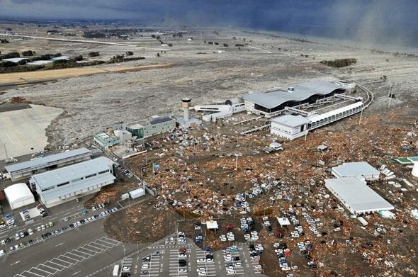 밀려드는 쓰나미에 잠겨버린 공항과 차량들