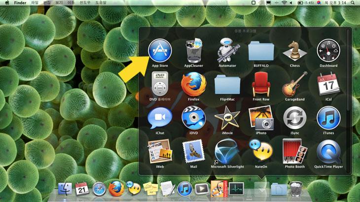 맥 라이온, 맥 라이온 설치, Mac OS X Lion, Lion, 초보용, 메뉴얼, 업데이트, 맥북에어, 맥북, 맥북프로, 트랙패드, 터치패드, 3터치, 2터치, 터치, 최대화, 확장, 가상화면, 런쳐패드, 미션 컨트롤, IT, 맥, MAC,맥 라이온 설치를 해 봤습니다. 맥북에어를 쓰고 있었는데 예전에 한 번 맥컨시어지에 가서 교육도 들었던김에 업데이트를 바로 해버렸습니다. 근데 직접 써보니 편한점도 있는데 반대로 불편해진점도 있네요. 조금 사소한 에러도 있구요. 맥 라이온 설치 하는 방법에 대해서 설명을 하고 업데이트 후에 느낀점에 대해서 설명하는 글을 적어보겠습니다. 간단히 정리를 해보면 화면을 분리해서 사용하는 기능이 이전에도 있긴 했지만 좀 더 사용하기 편하게 바뀌었고 사파리에서 뒤로가기시에도 좀 더 직관적으로 바뀌었습니다. 근데 신형 맥북에어는 사양이 좋아서 문제가 없을듯하긴 하지만 지금 기존 맥북 에어에서 창에 여러작업중에 동영상을 켜놓고 화면을 전환해보면 좀 느려지는걸 볼 수 있었네요.