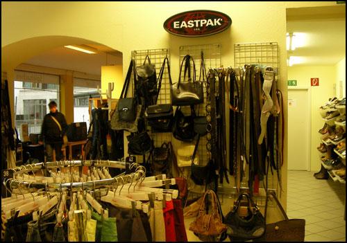 주력 상품인 옷과 관련 액세서리