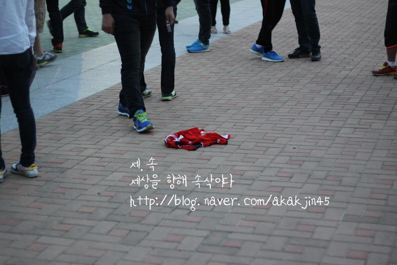 FC서울 선수단 차량이 빠져나간 뒤 경남 서포터즈들은 김주영의 경남 유니폼을 일부 태우고 찢어서 버렸다.