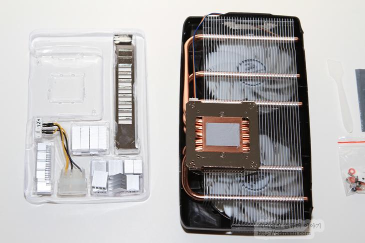 아틱 트윈 터보 2, ARCTIC Accelero TWIN TURBO II, 트윈터보2, 그래픽카드 쿨러, 그래픽카드, 조용한 그래픽카드, GTX 560Ti, EVGA, 에브가, 리뷰, 사용기, 후기, IT, GPU-Z, 코어, 소음, 적외선 온도계, Fluke 63, Center-320,아틱 트윈 터보 2를 제 그래픽카드 EVGA GTX560 Ti 에 연결 해 봤습니다. 이번 리뷰를 통해서 그래픽카드의 레퍼런스 쿨러를 교환 시 얼마나 조용해질 수 있는지 확인해보려고 합니다. 기본쿨러들이 히트파이프가 보통 3개이것에 반해서 아틱 트윈 터보 2는 5개의 히트파이프를 가지고 있어서 최대 160W의 열을 해소할 수 있습니다. EVGA 560Ti 급의 그래픽카드를 사용하면서 쿨러의 소음이 크다고 불편하다고 하는분들이 많이 있는데요. 결론부터 이야기해보면 ARCTIC Accelero TWIN TURBO II로 바꾸면 소음이 확 줄어듭니다. 레퍼런스 쿨러를 이용하면 팬이 아주 빨리 돌고 일정 온도를 유지한다면 아틱 트윈 터보 2를 쓰면 팬이 천천히 돌면서도 그정도 온도를 유지해준다는 그런 내용이죠.