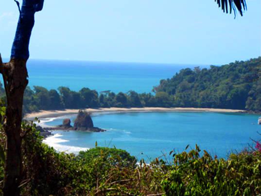발코니에서 바라본 해변 풍경