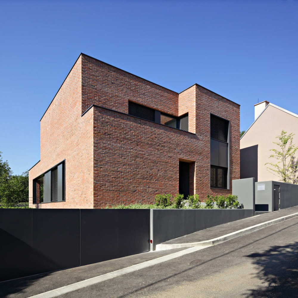 Dva arhitekta d o o podfuscak residence 5osa for Minimalist house entrance