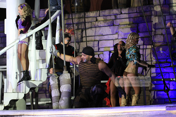 Sirens of Treasure Island, 라스베거스, Las Vegas, CES2012, CES, CES 2012, 후기, 공연, 라스베거스 공연, 라스베거스 무료 공연, 라스베거스 볼거리, IT,Las Vegas 에서 보물섬의 사이렌 Sirens of Treasure Island 무료 공연을 봤었는데 정말 멋졌습니다. Raycat님이 알려주셔서 공연을 보러 갔었네요. 딱 정해진 시간에 공연이 있었는데 운좋게 공연을 봤네요. CES2012 전시장을 하루 종일 둘러보고 몸이 지쳤을 때 Sirens of Treasure Island를 봤었는데 뭔가 좀 구경한것같고 뭔가 시간을 잘 보낸 기분이 들었습니다. 캠코더랑 디카 계속 들고다녔는데 정말 딱 시작할때 재대로 찍었거든요. 삼각대도 들고가서 다행이었고 참고로 딱 정해진 시간에 20분식 공연을 하는데 느낌도 멋지고 같이 구경하는 분들도 상당히 많아서 재미있었습니다. 참고로 카메라로 찍을 때는 물이 튈 수 있으니 주의를 해야 합니다. 저는 표준 렌즈로 찍다가 중간에 급하게 망원 렌즈로 교체를 했네요. 물론 캠코더는 계속 켜 놓은채로요.