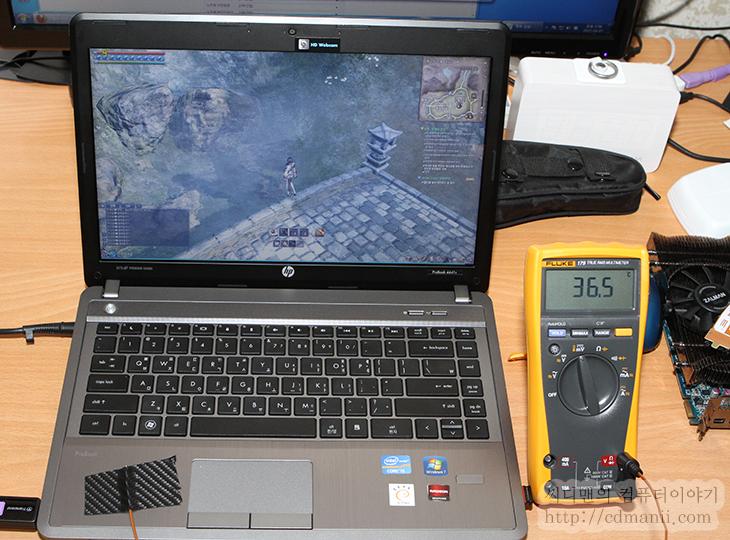 HP Probook 4441s 성능, 후기, 기능편, 3세대 코어 프로세서, 90W, B8Z85PA, HD4000, HD7650M, HP, HP ProBook 4441s, It, notebook, ProBook 4441s, 개봉기, 구성품, 노트북, 디자인편, 리뷰, 아이비브릿지, 어댑터, 출력, 프로북,HP Probook 4441s 성능 HP 프로북 기능편  사무용에 적합하고 가격과 화면사이즈 적정하게 맞춘것으로 HP Probook 4441s를 소개합니다. 이번시간에는 HP 프로북의 성능과 기능에 대해서 알아볼텐데요. 디자인 부분에 대해서 못보신분은 이전글에서 HP Probook 4441s 글을 봐주세요. 실제 문서작업을 하면서 이미지작업도 하면서 사용을 해 봤는데요. SSD를 사용한 노트북에 길들여져서인지 부팅속도나, 프로그램 로딩속도에서는 하드디스크를 사용해서인지 약간 느린 느낌은 분명 있었습니다. 그나마 좀 다행인 부분은 HP Probook 4441s는 ATi Mobility Radeon HD 7650M를 탑제하여 배틀필드3와 블레이드 앤 소울 같은 게임도 동작이 가능 합니다. 그리고 동영상 재생등에서는 HD4000 그래픽스를 이용하여 좀 더 저전력으로 재생이 가능하죠.  화면은 14인치 입니다. 해상도는 1366 x 768인데요. TN패널이기 때문에 시야각에서 다소 아쉬움 감이 있고 해상도 부분에서 위아래 공간이 조금 아쉬운 점은 있지만 보통 사무실에서 사용할 때에는 모니터를 확장하여 사용하고 휴대시에만 노트북을 들고 가서 사용할것이기 때문에 크게 부족하진 않을듯하네요. 모니터 위아래 해상도야 손으로 한번 각도를 맞춰주면 해결되니까요.  노트북의 무게는 2.13KG 이라고 스펙상 되어있네요. 제가 가진 저울은 2Kg 까지만 측정이 되어서 측정해보니 EEEE 가 뜨는군요. 어댑터 무게까지 하면 꽤 무게가 나가는 편이긴 하지만, 백팩에 넣고 다니면 들고다닐만은 했습니다. 물론 가볍고 얇고 좋으면 좋겠으나 이 모델의 경우에는 그래픽 성능이 좋으면서 저렴하고 적당한 모델이라는 부분에 촛점이 맞춰져 있으니까요.  배터리시간은 실제로는 최대 밝기에서 4시간정도 측정되는데 실사용시간은 3시간 반정도 되는듯합니다. 물론 웹서핑도하고 음악도 듣고 하는 기준이구요. 그런데 정말 아쉬운 부분은 SSD를 사용했던 분은 느끼겠지만 반응속도가 엄청 빠르거나 그렇진 않네요.
