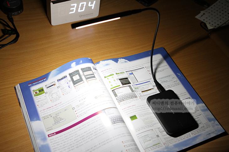 엘라고 USB Flexible LED 라이트 조명, 엘라고, elago, LED 라이트, 엘라고 USB Flexible LED 라이트 조명 수명, LED 수명, 조명, 스탠드, IT, 리뷰, 사용기, 후기, 제품, 밝기, 노트북, 뉴시리즈9, 배터리팩, 태양광 배터리, 가격, USB FLEXIBLE LED WORK LIGHT,엘라고 USB Flexible LED 라이트 조명등을 혹시 아시나요? 노트북 조용한 방에서 불을 끄고 침대에 엎드러셔 사용 하거나 책상에 노트북만 켜고 사용할 때가 있는데요. 처음에는 집중이 되는데 시간이 흐르면 눈아프죠. 이럴 때 엘라고 USB Flexible LED 라이트 조명등이 좀 더 편안하게 노트북을 사용할 수 있도록 도움을 줍니다.  노트북에는 USB 단자가 있는데요. 이것을 이용해서 작은 미니 스텐드를 만들 수 있습니다. 엘라고 USB Flexible LED 라이트 조명은 전자 LED 10개를 사용해서 적당한 밝기를 만들어내고 스텐드를 지탱해주는 부분을 마음대로 움직일 수 있어서 원하는 모양을 만들 수 있습니다. 이제는 깜깜한 밤에 노트북을 사용할 때 키보드의 키가 보이지 않아서 화면을 살짝 접었다가 키보드를 누른 뒤 다시 모니터를 원위치하는 일을 하지 않아도 되겠네요. 그리고 눈의 피로도도 줄일 수 있습니다.  방에서 조용하게 책을 볼 때에도 좀 더 집중해서 볼 수 있도록 도와줍니다.