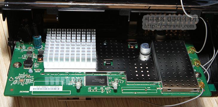 디링크 DIR-868L, 디링크 DIR-868L 사용기, 디링크 DIR-868L 후기, DIR-868L, 868L 후기, 868L 속도, 설정, 유무선공유기, 속도 빠른 유무선공유기, 가장빠른, 5GHz, 대여폭, 장점, 단점, 디링크, Dlink, 디링크 발열, 디링크 속도, 디링크 DIR-868L 사용 후기를 빠르게 공유해서 올려봅니다. AC1750를 지원하는 빠른 유무선공유기 입니다. 국내 정식 출시를 하면서 설정창도 모두 한글을 지원 합니다. 여러가지 편의 기능을 지원하며 원통형으로 생긴 특이한 디자인의 제품 입니다. 디링크 DIR-868L 사용을 해보면서 느낀것이지만 왜 진작 이 제품을 쓰지 않았던가 하는 아쉬움이 남네요. 기존에는 기본으로 제공하는 유플러스 유무선공유기를 사용해왔습니다. 유선 속도는 괜찮은 편이지만 무선 속도는 2.4GHz 라는 점 때문에 아쉬웠지만 디링크 DIR-868L 사용을 하면서 이제 속도 부분에서는 걱정이 없어졌네요. 물론 지금도 듀얼밴드를 지원하는 유무선공유기는 많이 있습니다. 하지만 가격대가 좀 나가는 고성능의 유무선공유기가 차이가 나는 점이라면 5GHz 대역의 무선 속도가 1300Mbps를 지원한다는 점 그리고 무수히 많은 설정과 편의 기능을 제공한다는 점 입니다. DIR-868L의 장점으로는 안테나가 내부에 6개가 사용되며 ACSMART BEAM을 지원해서 주위에 있는 25까지 많은 디바이스에 모두 동일하게 강한 신호율을 보여줍니다. 신호를 처리하는 칩셋을 Coretex A9 기반의 브로드컴 듀얼코어 칩셋(Broadcom BCM4708X)을 사용해서 속도가 빠르며 메모리도 DDR3 256MB를 넣어서 토렌트처럼 많은 접속을 해야하는 것에서도 빠른 속도를 보여줍니다. 2.4GHz 대역도 450Mbps를 지원해서 기존의 유무선 공유기보다는 빠른 성능을 보여주는것은 물론 처음 접속시 특정 페이지를 열도록 해서 커피숍이나 사람이 많이 모이는 곳에서 사용시 광고페이지를 임의로 열수 도 있습니다. DDNS 지원은 물론 USB 단자를 통한 미디어 서버도 운영할 수 있습니다. 그리고 가장 좋은 점은 설정이 많고 복잡하지만 설명을 모두 한글로 하고 있다는 점 입니다. 설정 또한 한글로 되어있어서 초보자도 크게 어렵지 않게 설정할 수 있다는 점이 큰 장점입니다.