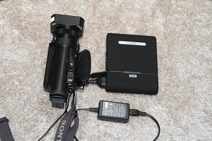 220V 보조배터리, 드론 ,캠코더 ,충전, 에너플렉스 북클렛 C100,IT,IT 제품리뷰,야외에서 꽤 유용하게 사용할 제품 입니다. 전원이 없어도 가능하게 만들죠. 220V 보조배터리 드론 캠코더 충전 가능한 에너플렉스 북클렛 C100을 소개 합니다. 이 제품은 들고다니는 전원이라고 부를 수 있습니다. 에너플렉스 북클렛 C100는 상당히 작은 크기이지만 220V의 콘센트를 그대로 이용할 수 있습니다. 덕분에 일반 USB 보조배터리보다는 훨씬 더 많은 일을 할 수가 있습니다.
