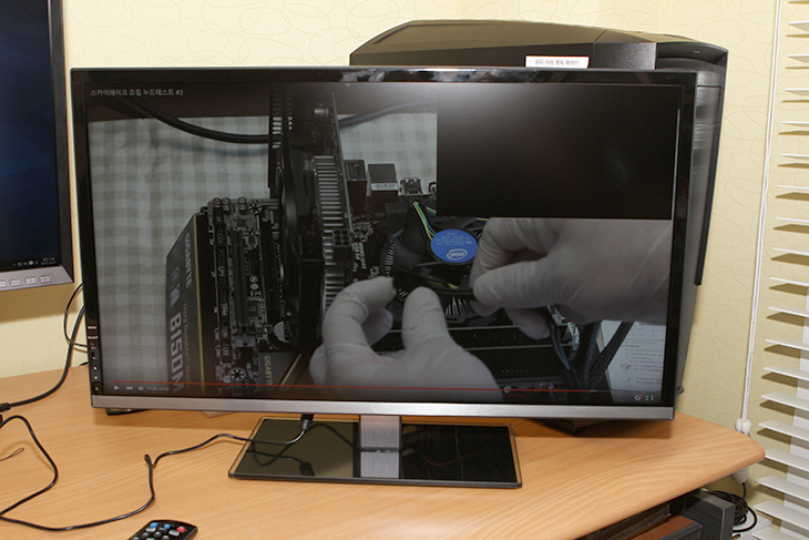 크로스오버, 288K UHD HDMI2.0 ,사용, 후기,IT,IT 제품리뷰,크로스오버 모니터,크로스오버 4K,4K 모니터,GTX950,크로스오버 288K UHD HDMI2.0 사용 후기를 준비해봤는데요. 이 모니터를 사용해보면서 HDMI 2.0에 대해서 다시 생각해보게 되었는데요. 스카이레이크 시스템을 만들면서 기본으로 HDMI 2.0을 지원하는 부분 때문에 내장그래픽으로 사용할 수 있을 것을 내심 기대를 했는데 크로스오버 288K UHD HDMI2.0를 온전하게 사용하려면 기가바이트 GTX950처럼 HDMI 2.0을 지원하는 그래픽카드를 써야만 하더군요. 그리고 HDMI 2.0을 지원하는 케이블을 이용하면 4K 60프레임 해상도를 사용할 수 있습니다. 그런데 기본적으로는 HDMI 케이블을 제공하지 않고 DP 케이블을 제공을 했습니다. DP 케이블을 이용하면 크로스오버 288K UHD HDMI2.0는 온전하게 4K 60프레임을 사용할 수 는 있습니다. 처음에는 조금 의아했습니다. 모델명에는 분명 HDMI 2.0이라고 되어있는데 실제로는 HDMI 케이블은 별매품이었습니다. 다만 이 모니터의 장점이라면 VGA, DVI, DP, HDMI 의 4가지 단자를 모두 제공하며 물론 이 모든 인터페이스를 모두 다 연결해서 사용이 가능합니다. 동시에 화면을 보여주는 PIP도 지원해서 4가지 입력을 모두 다 볼 수 도 있습니다. 화면의 품질에 대해서는 4K 해상도이지만, 다만 TN패널이므로 시야각 부분에서 아쉬운점은 분명 있었습니다. TN패널도 물론 과거에 비해서는 특성을 많이 향상시켜서 과거의 패널보다는 좋아지긴 했습니다. 이 모니터의 경우에는 수직상태에서 볼 때 가장 좋은 화면을 보여줬으며 수직보다 약간 위에서 보는것도 나쁘지 않았습니다. 다만 아래에서 위로 바라 볼 때에는 화면이 많이 어두워져서 시야각이 좀 나쁜것이 느껴졌습니다. 다만 컴퓨터용 모니터로 사용하거나 또는 영상을 보기 위한 용도로 사용하더라도 시선보다 조금 아래에 위치해서 사용하는 일반적인 상황이라면 문제는 없었습니다.