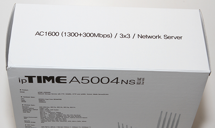 ipTIME A5004NS 후기, 기가인터넷, 유무선공유기,기가인터넷 유무선공유기,iptime,아이피타임,A5004NS,후기,사용기,ipDISK,공유기,속도,지플렉스2,갤럭시노트4,무선속도,벤치마크,ipTIME A5004NS 후기를 올려봅니다. 기가인터넷 유무선공유기로 적당한 모델인데요. 집에는 유플러스 기가인터넷을 쓰고 있습니다. 최근에는 여러곳에서 기가인터넷 서비스를 하고 있어서 좀 더 빠른 공유기에 대해서 관심이 많을 것 입니다. 궁금증을 해결하기 위해서 ipTIME A5004NS 후기편에서는 속도 및 스마트폰에서의 속도 그리고 컴퓨터에서의 속도 등을 살펴볼 것입니다. 아직까지는 기가인터넷 보다는 100Mbps의 일명 광랜이라는 서비스를 더 많이 쓰고 있긴 합니다. 대략 1초에 10MB/sec 정도의 속도로 다운로드가 가능한데요. 그런 이유로 ipTIME A5004NS 같은 아무리 빠른 유무선공유기를 사용하더라도 내부에서의 속도만 빠르게 될 뿐 외부의 속도가 느려서 실제로 외부에서 내부의 NAS의 데이터를 다운로드 하거나 하면 속도가 많이 느리긴 하죠.기가인터넷을 재대로 사용하려면 내부 외부 모두 CAT 5E 이상의 케이블을 사용해서 기가인터넷 환경을 만들어야 합니다. 참고로 기가인터넷이 되려면 단지내에 10Gbps의 회선이 들어온 상태여야하긴 하죠. 그래서 아직까지는 기가인터넷을 쓰고 싶다고 해서 무조건 다 사용할 수 는 없습니다. 시간이 지나면 많이 보급되긴 하겠지만요. 환경이 모두 만들어진 상태라면 내부에 있는 컴퓨터나 스토리지가 외부와도 빠른 속도로 연결이 됩니다. ipTIME A5004NS는 아이피타임의 유무선공유기중 가장 상위버전의 제품 입니다. 안테나가 외부로 5개가 나와있으며 AC를 지원해서 아주 빠른 속도로 모바일기기들을 연결할 수 있습니다.
