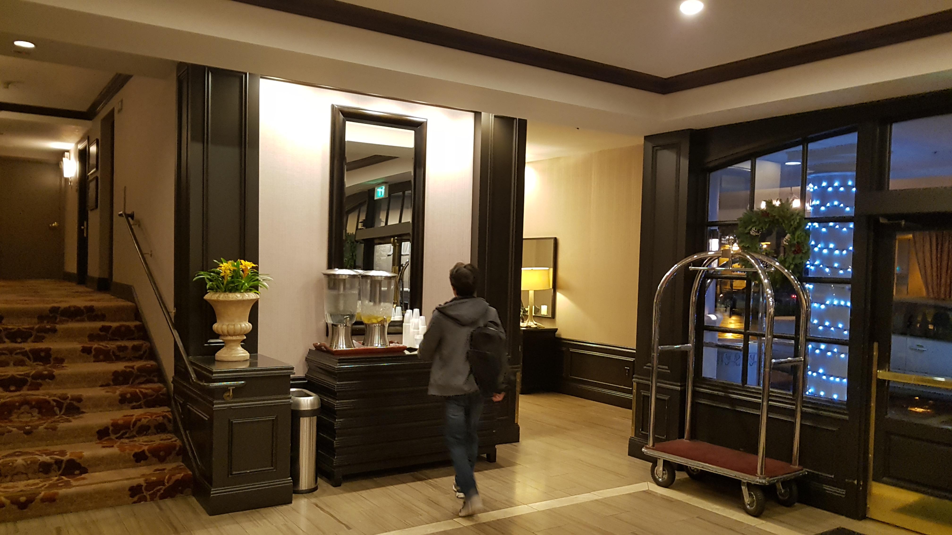 hotel zoe san francisco, tuscan inn, TV, [샌프란시스코] 마지막 밤을 보낸 호텔 - Hotel Zoe San Francisco, 나무, 땅 값, 레몬, 마담 투소, 마지막 밤, 벽난로, 복도, 불운, 비, 빗길, 산호세, 샌프란 사진, 샌프란시스코, 샹들리에, 아늑함, 어두침침, 와이퍼, 요곶, 요란, 욕조 높이, 인테리어, 캘리포니아, 크리스마스, 트리, 폭우, 호텔, 호텔 내부, 호텔 로비, 화장실