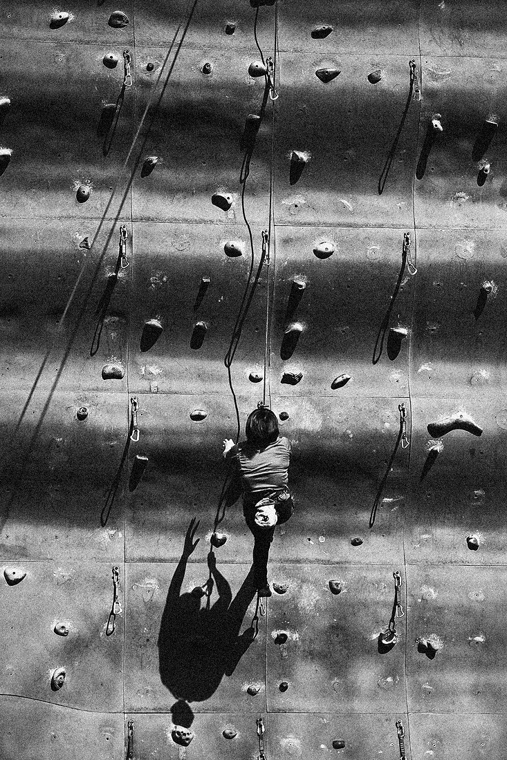 암벽등반을 하는 여성분 밑으로 그림자가 함께 오르고 있다.