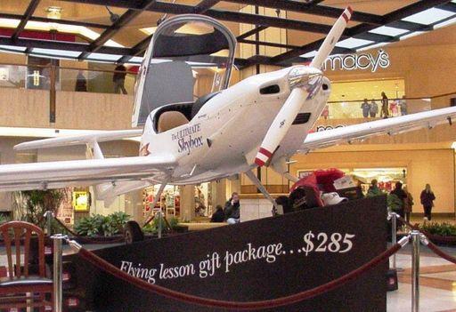 쇼핑몰에 등장한 실물 비행기