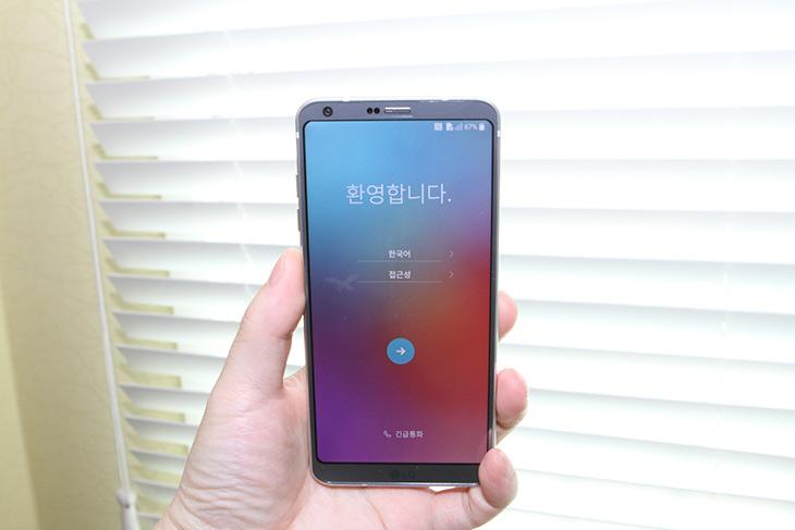 LG G6 ,아이스 플래티넘, 색상, 개봉기,IT,IT 제품리뷰,지금 이슈가 되고 있는 제품 까봅니다. 디자인과 색상 무척 궁금했느데요. LG G6 아이스 플래티넘 색상 개봉기편을 통해서 살짝 알아보세요. 영상을 통해서도 확인이 가능 합니다. 색상은 이 색상이 제일 이쁘긴 하네요. LG G6 아이스 플래티넘 색상는 어떨때에는 어둡고 검게 보이고 어떨때에는 약간 에메랄드 빛으로 보이고 푸른빛도 보입니다. 빛에 반사될때마다 다른색상으로 빛이 나네요. 카메라도 후면에 다 안쪽으로 밀어넣어서 이제는 튀어나오지 않았구요. 듀얼카메라에 외관상으로는 그전보다 훨씬 완벽해졌습니다.