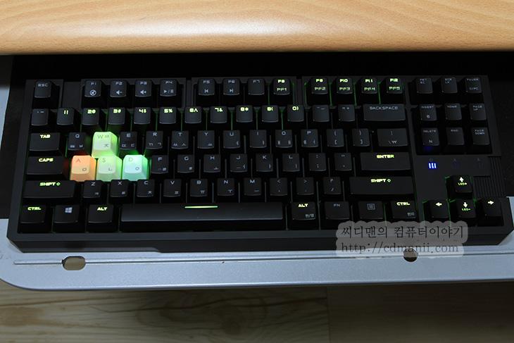 SCORPIUS M10TFL 사용기, 제닉스 SCORPIUS M10TFL, 제닉스 텐키리스, 텐키리스 키보드, 텐키리스 게이밍 기계식 키보드, 텐키리스 기계식 키보드, IT, 키보드, 제닉스, 후기, 리뷰, 사용기, Full N키, N키, M10TFL, SCORPIUS M10TFL 입수를 했습니다. 제닉스 텐키리스 기계식 게이밍 키보드 인데요. 작은 키보드를 좋아하는 분들에게는 희소식이 아닐까 싶네요. 이 키보드를 사용 하기전에는 제닉스 테로소 듀란달을 쓰고 있었는데요. SCORPIUS M10TFL 사용을 처음 하고 느꼈던 느낌은 지금까지의 제닉스의 키보드와는 좀 다른 느낌을 받았습니다. 알루미늄 케이스의 기계식 키보드를 만들거나 디자인이 독특한 키보드를 만드는 등 제닉스의 행보는 과감했는데요. 이런 새로운 느낌의 키보드를 좋아하는 분들도 있는가 하면, 반대로 기존의 딱딱한 사각형의 키보드를 좋아하는 분들도 있을텐데요. 텐키리스 키보드의 조금은 딱딱한 느낌과 커스텀할 수 있는 그런 키보드를 이제 제닉스에서노 내어놓게 되었습니다.  SCORPIUS M10TFL는 텐키리스 키보드가 처음인 분들도 어럽지 않게 사용은 가능 합니다. 일반 키보드에서 오른쪽에 숫자키 부분이 없는 키보드 입니다. 순수 제닉스 기술로 디자인된 키보드라고 하네요. 적축 청축 갈축 흑축의 사용이 가능하며, 풀컬러 LED 지원 ,5천만회 키입력, 안티 고스트 기능 탑재, 멀티미디어 기능키, 게이밍모드/PC모드, 6 N키, Full N키 모드 지원, 5개의 프로파일, 온보드 메모리 512Kb 지원을 합니다. 꼭 기계식 키보드로 쓰지 않는다고 하더라도 상당히 훌륭한 키보드 입니다.  저는 SCORPIUS M10TFL 적축을 써보고 있는데 소음도 높지 않은 편이고 타이핑 키압도 적당한 편이라 마음에 드네요. 그럼 실제로 사진과 동영상으로 자세히 알아보도록 하죠.