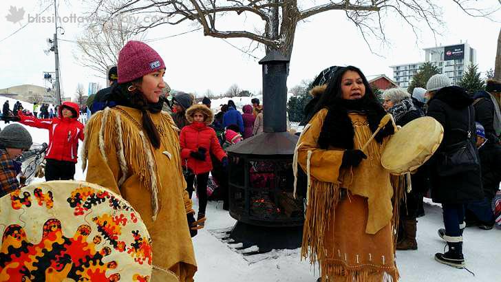 캐나다 원주민 알곤퀸 족 모습입니다.