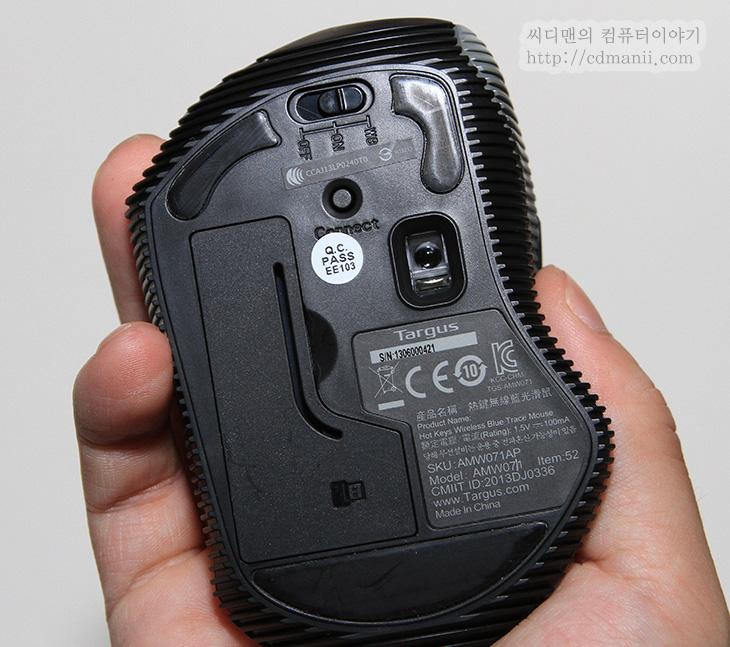 타거스 무선 마우스, W071 HOT KEYS, 타거스 무선 마우스 사용기, W071 사용기, 마우스, Mouse, IT, 노트북 마우스, 무선마우스, 제품, 리뷰, 후기, 사용기 타거스 무선 마우스 W071 HOT KEYS 사용을 해보면 오른손에 맞춰진 마우스라 작은 마우스이지만 그래도 편한 느낌이 있더군요. 노트북에 사용할 작은 마우스라고 할지라도 어느정도의 크기를 가지고 있어야한다고 봅니다. 타거스 무선 마우스 W071 HOT KEYS는 약간은 사이즈가 있는 타입의 마우스 입니다. 오른손 전용으로 사용되는 마우스 입니다. 그리고 이 마우스는 HOT KEYS라는 말처럼 특별한 기능을 하는 버튼이 측면에 붙어있습니다.  윈도우8에 최적화 되어있는 모드가 있고 그 이하 운영체제에 맞는 모드가 있죠. 윈도우8 에서는 참바와 앱전환을 많이 쓰게 되는데 물론 마우스 커서로 모든 작업을 할 수 있지만 버튼으로도 쉽게 이작업을 할 수 있습니다. W8 즉 윈8 모드에서는 버튼1을 통해서는 앱전환을, 버튼2를 통해서는 참바를 열기 할 수 있습니다. 다만 이것을 많이 쓰지 않는다면, 기본모드로 써도 편하게 사용할 수 있습니다. 뒤로가기 앞으로가기 버튼으로 활용이 가능하니까요. 이부분을 아래에서 살펴보죠.
