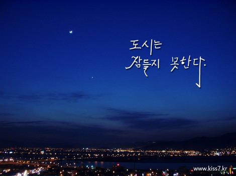 도시는 잠들지 못한다 - 도시의 불빛 달 초생달 밤 하늘 저녁 달빛 현대 황혼 일출 장면 창 지평선 자정