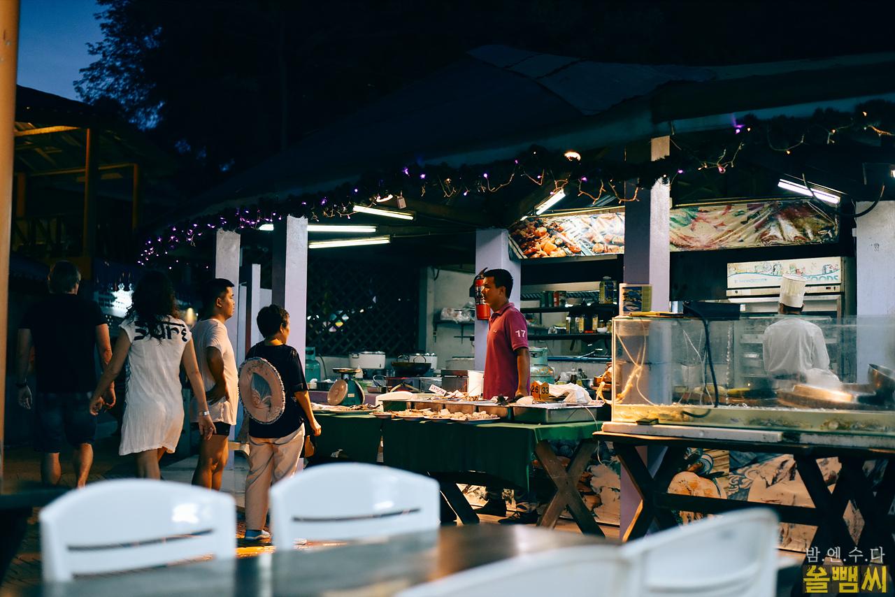 야밤 노천 레스토랑의 풍경