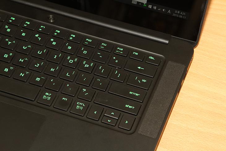 레이저 블레이드 14 ,배틀필드4 성능 ,벤치마크,Razer Blade 14, Razer,레이저,레이저 노트북,게이밍 노트북, 해상도,IT,IT 제품리뷰,레이저 블레이드 14 배틀필드4 성능 벤치마크를 해 봤습니다. 이 노트북은 디자인은 상당히 Razer 스럽습니다. 검은색의 바디와 금속성 재질을 사용하고 무게도 좀 묵직합니다. 그런데 두께는 사양에 비해서는 상당히 얇게 나왔습니다. 사양적인 부분을 놓고 보면 근데 레이저 블레이드 14 성능은 약간 평범할지도 모르겠습니다. 게이밍 노트북들이 요즘은 얇아지면서 그래픽코어를 2개를 넣어서 SLI를 이용하는 등 변화하고 있기 때문이죠. 이 노트북은 해상도가 상당히 높다는 장점이 있습니다. 그런데 반대로 레이저 블레이드 14는 이 해상도가 너무 높은 덕분에 원래 해상도로 모두 사용하면 게이밍 성능이 좀 제한받기도 합니다. 모니터의 해상도가 높으면 더 높은 그래픽성능을 요구 받기 때문입니다. 고사양의 게임의 경우 예를 들면 배틀필드4나 GTA5 게임은 4K 해상도로 게임을 하면 단일 그래픽카드로는 버틸만한 제품이 많지 않은데요. 그정도로 부하가 높다는 것이죠. 다만 이 높은 해상도 때문에 그래픽작업을 하거나 동영상 편집작업등을 할 때에는 좀 더 편할 것 같습니다.