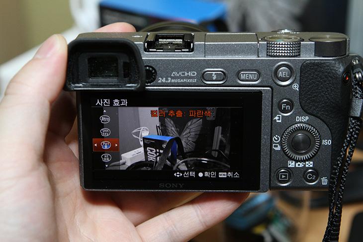 소니 a6000, 실제로 사용해볼때 ,편리했던, 점,IT,IT 제품리뷰,밖에 나갈때마다 들고 다녔는데요. 작고 가벼워서 개인적으로 좋았습니다. 소니 a6000 실제로 사용해볼때 편리했던 점을 적어보려고 합니다. 과거에는 Dslr 카메라를 많이 들고 다녔었는데요. 그리고 작아진 Dslr도 나왔죠. 소니 a6000 처럼 미러리스 카메라는 처음에는 관심을 많이 받지 못했지만 지금은 일반인들도 미리러스 카메라는 대부분 알고 있습니다. 그만큼 사용이 편리하고 간편하다는것을 잘 알고 있죠.