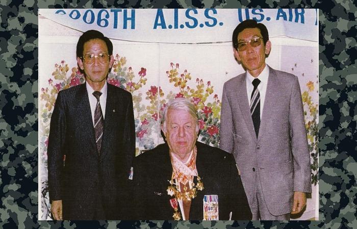 사진: 6006부대 산하 네코부대의 부대장이었던 니콜스의 한국 방문 당시의 사진. 그러나 CIA의 정책에 따라 은둔 생활을 해야만 했다. [네코부대원의 안타까운 일화들]