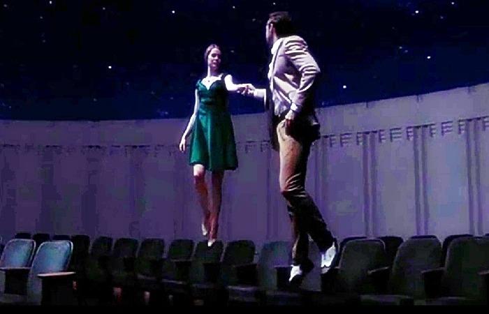 사진: 천문대에서 사랑의 피우는 두 남녀의 장면. 우주에서 춤을 추며 환상적이고 동화같은 장면이 연출된다. 라라랜드의 OST 역시 흥겨운 장면이다. [라라랜드 결말과 줄거리]