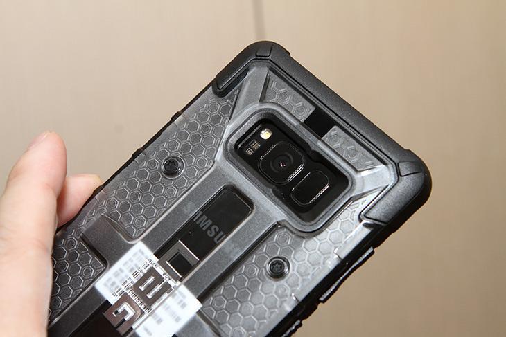 갤럭시S8플러스 케이스, UAG 러기드 케이스, 갑옷 입히자,갑옷 케이스,튼튼한 케이스,스마트폰 케이스,IT,IT 제품리뷰,단단한 갑옷을 입혀보려고 합니다. 최근에 산 스마트폰을 보호하기 위해서죠. 갤럭시S8플러스 케이스 UAG 러기드 케이스 갑옷 입혀봅니다. 이 케이스의 브랜드는 원래 상당히 튼튼한 이미지로 유명합니다. 갤럭시S8플러스 케이스 UAG 러기드 케이스는 40g으로 비교적 가벼우면서도 상당히 튼튼한 케이스 입니다. 케이스 자체가 튼튼하므로 스마트폰을 보호하는 성능도 상당히 우수한데요. 밀리터리 그레이드 테스트를 통과한 케이스 인데요.