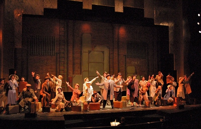 사진: 유명 뮤지컬 42번가의 공연 모습. 뮤지컬의 마지막은 커튼콜로 마무리한다. 오페라와 다르게 뮤지컬은 배우가 춤도 동시에 소화해야 한다. [뮤지컬, 오페라 용어의 종류]