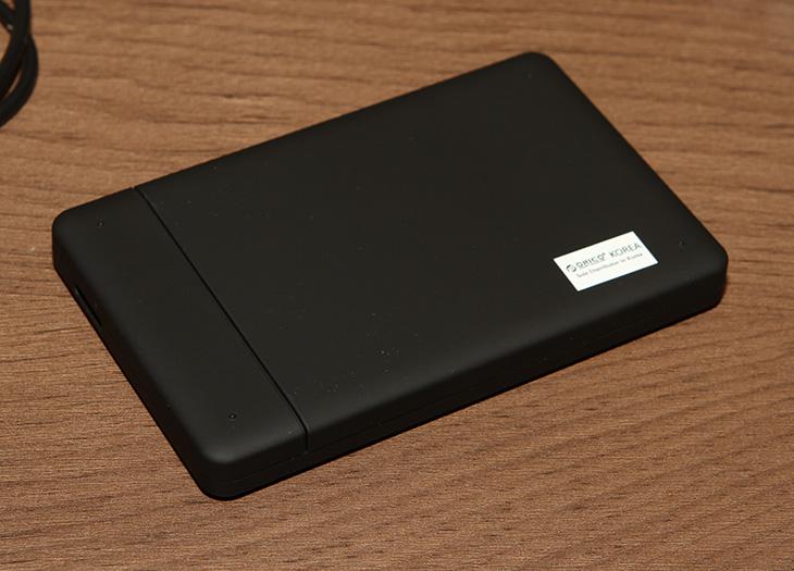 오리코 2599US3, USB3.0 외장하드케이스,외장하드 케이스 추천,오리코,ORICO,SSD 외장하드,2.5형 외장하드,전원,장착방법,IT 제품리뷰,IT,후기,사용기,2599,오리코 2599 Series,외장하드 케이스 추천 하나 해보도록 하겠습니다. 오리코 2599US3 USB3.0 외장하드케이스 인데요. 설치가 매우 간단하고 사용법이 매우간단하다는 특징이 있습니다. 외부 재질도 마음에 들었구요. 볼트없이 결착시키고 사용할 수 있는 점도 상당히 마음에 들었습니다. 이런 이유때문에 외장하드 케이스 추천 제품으로 이 제품을 소개하는 것 이구요. 속도도 꽤 잘 나오네요. 일반적인 2.5형의 하드디스크의 속도는 모두 낼 수 있으며 SSD 장착시에도 꽤 속도가 나오는 편 입니다.  최근에는 SSD를 운영체제용으로 많이 사용하는데요. 용량적인 측면 때문에 하드디스크를 사용을 합니다. 그런데 하드디스크는 비교적 소음이 있으므로 소음을 줄이기 위해서 외장하드를 사용하는 경우도 있는데요. 데이터를 저장하는 목적으로는 상당히 괜찮으니까요. 그리고 오리코 2599US3 같은 제품은 여차하면 들고다니면서 사용도 가능하죠. 최근에 노트북이 데스크탑만큼 많이 사용되면서 이런 활용성 부분 때문에 외장하드를 찾는 분들이 많아졌습니다.  외장하드 케이스 추천 제가 함부러 하진 않죠. 외장하드 케이스 경우 여러가지 타입이 있습니다. 디자인적인 부분에서 우수한것이 있고 활용성 부분에서 우수한것이 있죠. 오리코 2599US3는 재질적인 부분, 활용성 부분 성능부분 모두 괜찮은 케이스 입니다. 가격도 저렴한 편 입니다. HDD는 지금 2.5형이 2TB까지 나와있는 이유로 2TB까지 구성이 가능하며, SSD도 장착이 가능해서 자신이 원하는 조합으로 만들 수 있습니다. 물론 미리 하드디스크가 장착된 형태의 오리코 제품도 있습니다. 선택은 자유죠.