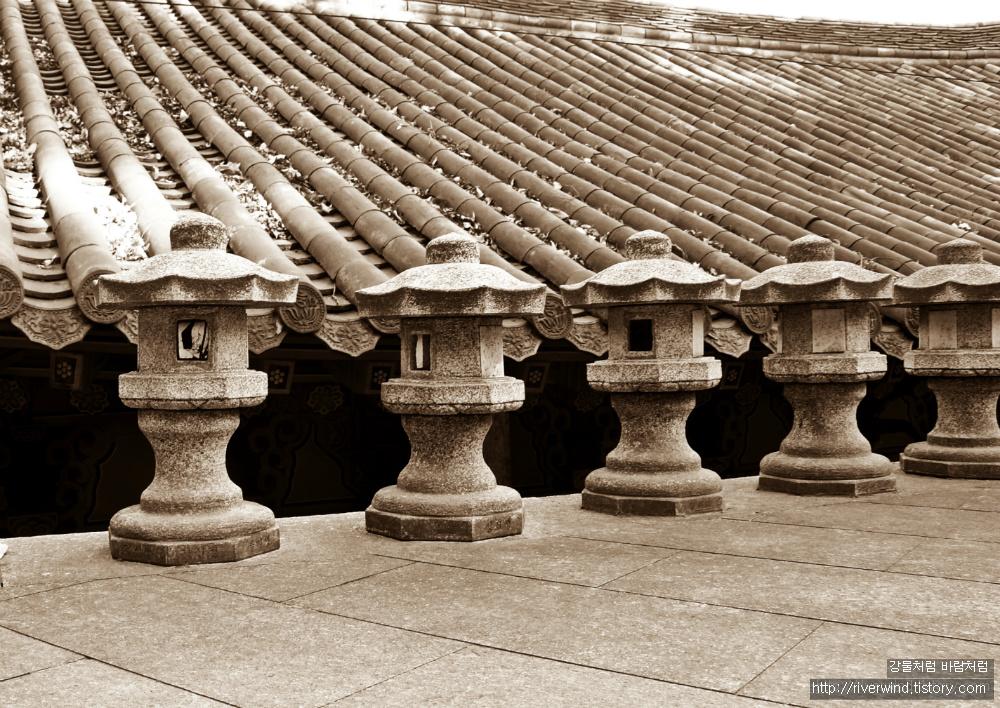석등과 기와지붕
