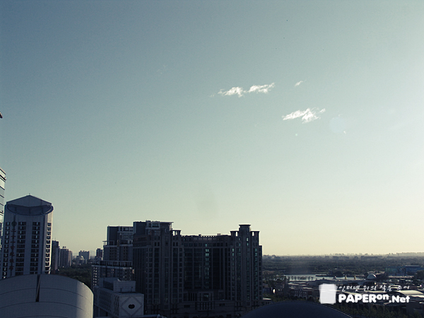 호텔방에서 맞이한 비온뒤 맑은 베이징 하늘