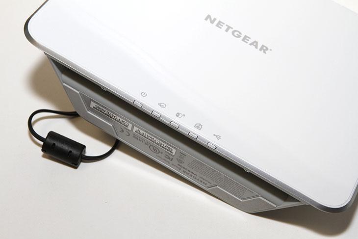 넷기어 알로 ,CCTV 후기, Netgear 무선 CCTV,넷기어,Netgear,무선,CCTV,IP카메라,CCTV 무선,무선 CCTV,IT,IT 제품리뷰,알로,Arlo,넷기어 알로 CCTV 후기를 올려봅니다. Netgear Arlo 무선 CCTV 인데요. IP카메라는 무선으로 사용할 수 있는 제품들이 많이 나와있긴 합니다. 하지만 전원을 연결해야 동작하므로 전원선을 연결해야만 합니다. 그런데 좀 새로운 형태의 IP카메라가 나왔습니다. 넷기어 알로 CCTV는 전원을 건전지로 사용을 합니다. 통신은 무선으로 하고 전원은 건전지를 이용하므로 완전히 선이 없는 무선으로 사용이 가능해졌습니다. 그런 이유로 설치하는데 있어서 제약이 많이 사라졌습니다. 생활방수 기능까지 제공해서 야외에도 설치해서 사용이 가능 합니다. 동작감지센서가 있어서 움직임이 있을 때 스마트폰으로 알람을 알려주게 되어있어서 상시 항상 모니터를 보고 있지 않더라도 언제든 넷기어 알로 CCTV를 이용해서 문제를 확인하고 즉각적으로 처리할 수 있습니다.