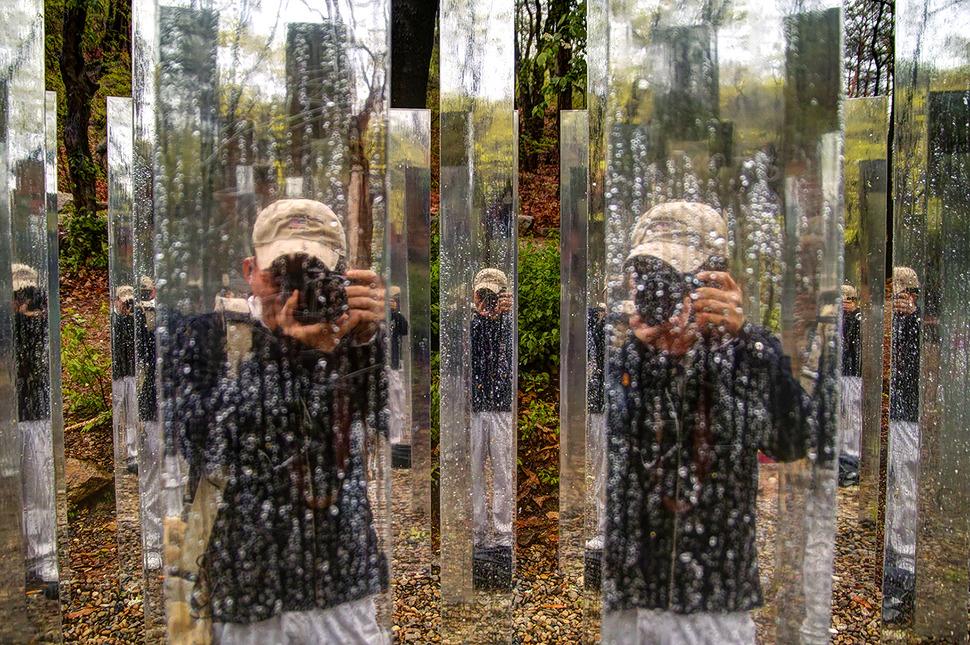안양예술공원에 설치되어있는 거울 조형물 앞에서 셀프샷 찍은사진. 스뎅으로된 기둥 여러개에 비춰진 모습이 다채롭게 느껴졌다.