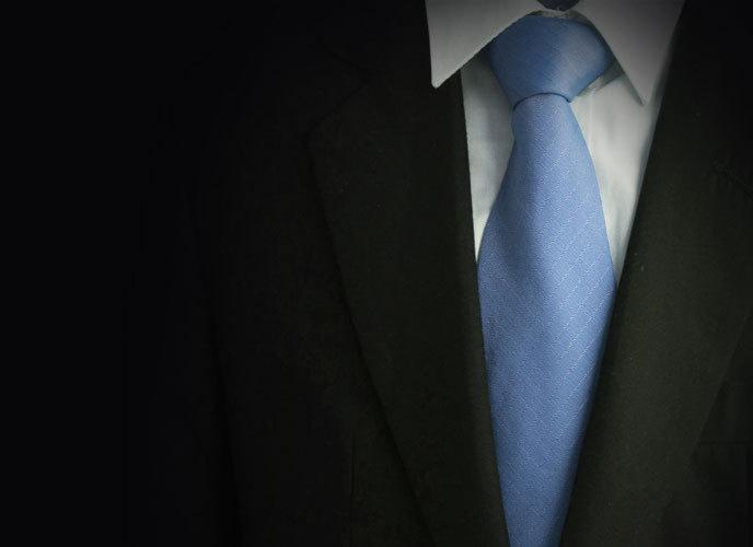 검은색 수트에 하늘색 넥타이를 매치한 남자의 V존