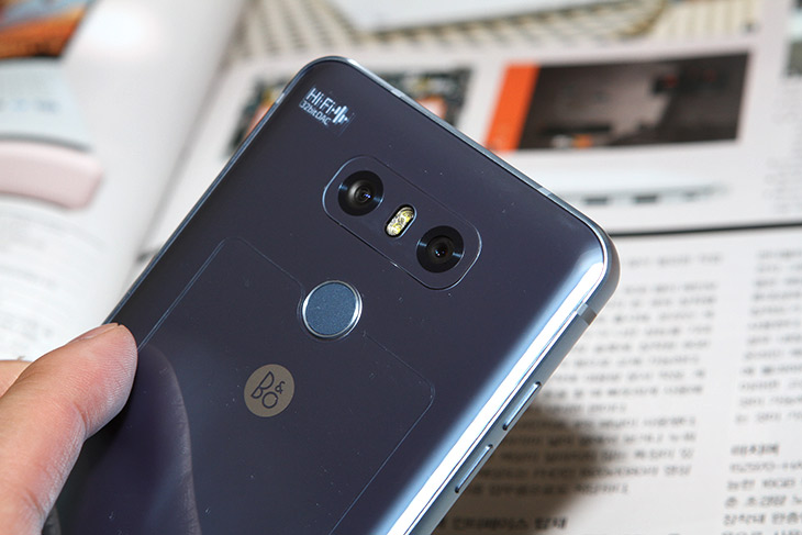LG G6 플러스 ,얼굴 인식, 안면인식, 잠금해제, LG페이, 편리함,IT,IT 제품리뷰,꽤 편리한 기능들이 있네요. 실제로 사용을 해 봤습니다. LG G6 플러스 얼굴 인식 안면인식 잠금해제 LG페이 편리함을 이야기 해보려고 합니다. 스마트폰으로 간편하게 결제를 해보면 무척 편리합니다. LG G6 플러스는 LG페이가 가능한데요. 등록해둔 신용카드 등으로 간편하게 결제가 가능 합니다. 실제로 써보면 무척 편리해서 지갑을 안들고 다니게 되네요. 그리고 깜빡하고 지갑을 들고오지 않은 날에도 걱정없이 다닐 수 있습니다. 얼굴 인식도 무척 편리하네요. 안면인식 잠금해제가 가능하여 화면이 꺼진상태에서도 바로 잠금 헤제가 가능 합니다.