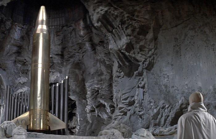 사진: 혹성탈출 줄거리에서 결정적인 결말을 나타내는 핵폭탄. 인류의 마지막 전쟁에서 남은 핵폭탄은 퇴화한 인류에게 신과 같은 존재로 숨겨져 있었다. [혹성탈출 시리즈 - 혹성탈출2의 줄거리와 결말]