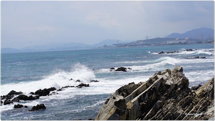 파도가 부셔지는 바닷가 풍경