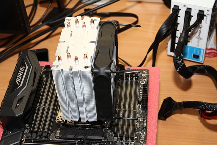 FSP ,Windale4 ,AC401 ,180W급, 라이젠, 인텔 CPU ,쿨러, 성능,IT,IT 제품리뷰,새로운 CPU가 나오면 쿨러도 관심이 가죠. 저렴하지만 강력한 제품 소개 합니다. FSP Windale4 AC401 이 제품은 TDP 180W급 냉각이 가능한 제품으로 라이젠 인텔 CPU 쿨러로 사용할 수 있습니다.  FSP Windale4 AC401 성능은 꽤 괜찮았는데요. i9 7900X에 장착해서 Linx를 돌려도 꽤 괜찮은 온도로 잘 냉각을 해주더군요. 그리고 일단 성능도 좋지만 상당히 저소음입니다. 소음을 줄이기 위해서 고무댐퍼 방식을 사용해서 진동과 소음을 상당히 줄였습니다. 괴물 CPU의 온도도 잘 잡아주고요.